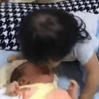1岁妹妹陪弟弟午睡,被弟弟吵醒后,妹妹的做法,让人非常暖心