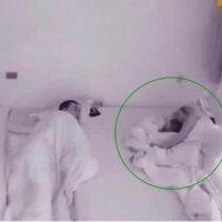 一岁宝宝半夜自己喝奶, 哄自己睡觉, 网友: 他是来报恩的, 我也想要