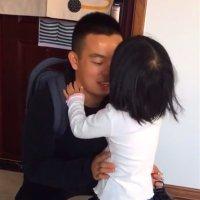 当兵爸爸回到家,女儿一直不放手亲自己,网友:爸爸好幸福啊!