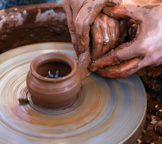 带孩子感受传统陶艺