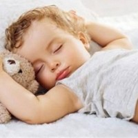 """宝宝为什么都有""""投降式""""睡姿?硬把宝宝手塞回被子,这种做法并不对!"""
