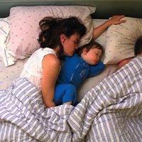 228斤老爸睡觉压死3周大的女儿?妈妈痛哭:我不该睡着!