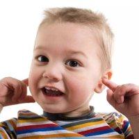 大意!寶寶總是搖頭揪耳朵?出現這些情況要及時就醫