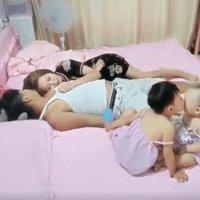 爸妈当着双胞胎女儿假装躺床睡觉, 结果意外看见老大是这样对老二