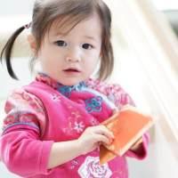 钟嘉欣晒二胎萌照,一个半月大的弟弟小表情超可爱,像极了姐姐