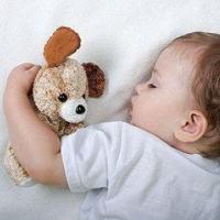 宝宝满月后睡眠时间多少正常,睡觉时注意事项有哪些?