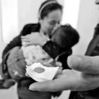 視頻驚險!2歲男童被卷入車底,媽媽就在一旁... 小孩誤吞硬幣,卡喉嚨三天家長才發現!