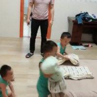 爸爸带着3胞胎睡觉,随后宝宝们的反应,奶爸内心是无助的
