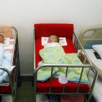生下双胞胎没10分钟,又将产妇送进了产房,婆婆上来就是一耳光