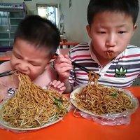 男孩儿整天在幼儿园吃不饱,老是觉得很无辜,看完照片都被吓到了