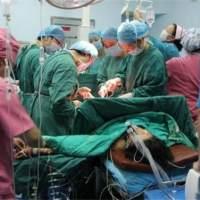 妈妈生二胎离世,5岁女儿守在产房外不肯走,她打开小手护士哭了