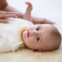 母乳宝宝大便带稀水?有绿便?老放屁?原因在此……