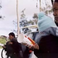 抱着脐带都没脱落的婴儿外出,还喂食方便面,是亲妈还是人贩子?