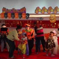 """孩子穿奇异装束戴恐怖头饰走秀拍照 哈市一些幼儿园过""""万圣节""""遭家长吐槽"""