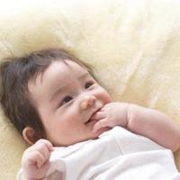 宝宝吃手到严重变形,因为当初婆婆当初的一句话