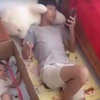 妈妈没空带娃,把宝宝交给舅舅,看到舅舅的做法,妈妈笑喷了