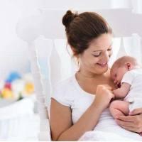 宝宝为什么边吃奶边睡觉?该怎么办?
