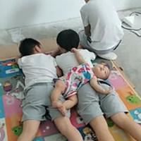 三胞胎哥哥在玩手机,1岁妹妹过去后,哥哥们的反应太暖心,让人羡慕