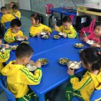 3岁儿子上幼儿园,不会吃饭,妈妈怒骂老师,家长群沸腾了