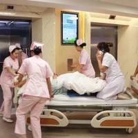 十万危急!高龄产妇突发脐带脱垂,医生全程托举胎头,10分钟抢出胎儿!