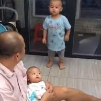 3岁哥哥从房间出来,看到爷爷抱着弟弟,气得来回打转,太可爱了