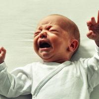 新生儿睡觉时哭闹,哭到脸红脖子粗的原因是它!缓解方法很简单