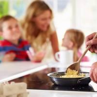 孩子放学就喊肚子饿,在幼儿园真的吃不饱吗?