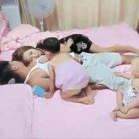 爸妈假装睡觉,不料看见3岁姐姐这样对1岁弟弟,真是姐弟情深