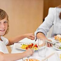 看看各个国家饭桌上的孩子吧 吃饭也是教育