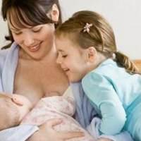 母乳喂养好处大  倡导母乳喂养要跟上