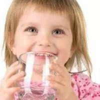 宝宝夏天喝水有讲究  水量、时间、温度要掌控