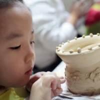 带孩子玩一些不一样的 感受传统陶艺的快乐