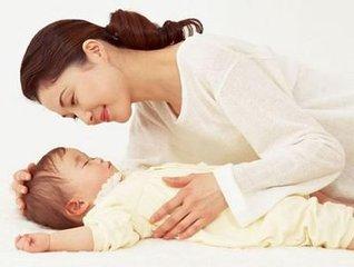 新生兒穿衣