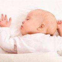"""寶寶為啥喜歡""""投降式""""睡覺?知道原因后,別把孩子胳膊塞被窩了!"""