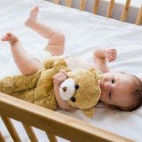 奶奶的一个动作,让8个月孙女丧命!宝宝坠床后,很多家长第一步就做错了!