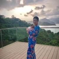43岁陈少霞产后首晒照 怀抱女儿一脸幸福