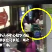 孩子把水洒在地铁站台,妈妈两次蹲地擦干水!有些妈妈是反面教材