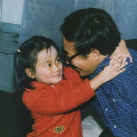镜头下:老照片里的爸爸身影,还记得小时候爸爸抱着你的场景吗?