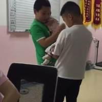 两个哥哥交流带娃经验,抱娃动作非常熟练,像极了小区遛娃的大妈