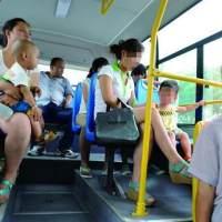 女孩给孕妈让座,却被孩子抢先一步坐下,随后孩子一语让众人愤怒