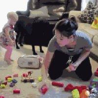 宝宝乱扔东西,别急着阻止!这是孩子聪明的表现