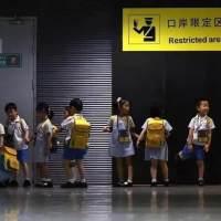 在深圳, 有20万孩子凌晨5点去香港上学......