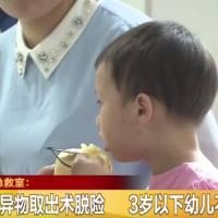 你还在这么干吗?母亲将咬碎食物放到11个月孩子嘴里!孩子差点没了命!