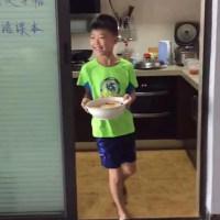 """10岁儿子给爸爸做""""最接地气""""长寿面,暖哭网友:最暖心生日礼物"""
